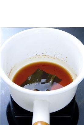 3. 조림장 재료에 다시마를 넣어 팔팔 끓인다.