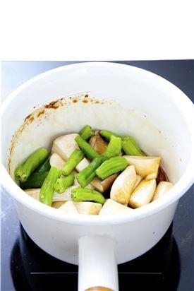 4. 조림장이 끓으면 새송이버섯을 넣어 2-3분간 끓인 후 꽈리고추를 넣는다.