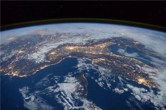 ▲우주정거장에서 내려다 본 지중해와 이탈리아, 알프스.[사진제공=NASA]