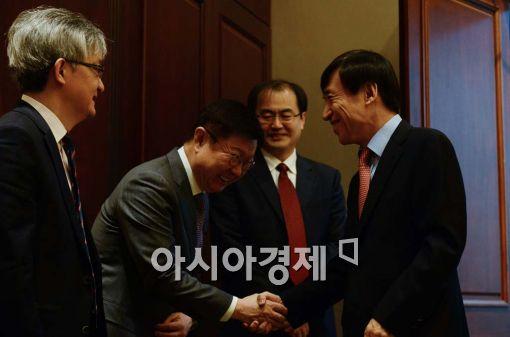 [포토]참석자들과 인사 나누는 이주열 총재