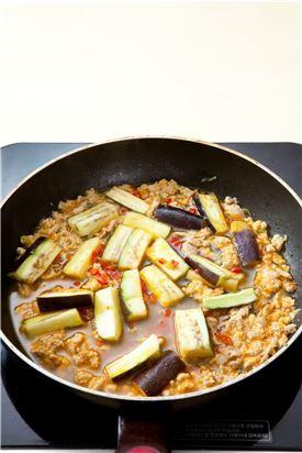 3. 홍고추와 양념 재료를 넣어 바글바글 끓으면 가지를 넣는다.