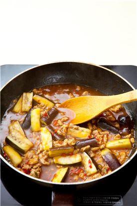 4. 양념이 끓으면 녹말물을 넣어 걸쭉하게 농도를 맞춘 다음 나머지 고추기름을 넣는다.