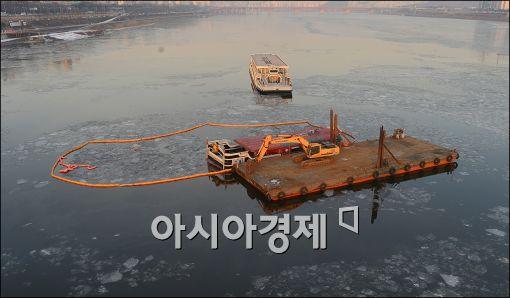 [포토]인양 기다리는 침수 한강유람선