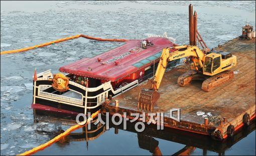 [포토]침수 한강유람선, 바지선 정박