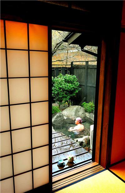 일본 료칸은 그야말로 휴식을 위한 공간이다. 다다미방에 앉아 차 한 잔의 여유와, 노천욕, 가이세키 요리까지 맛보면 휴식이 곧 여행이라는것을 느낄 수 있다.