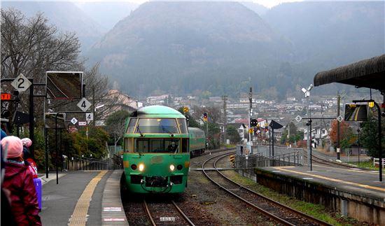 후쿠오카 하카타역에서 유후인역까지 운행하는 특급관광열차인 유후인노모리열차