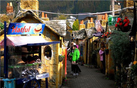 유후인은 수채화처럼 아름다운 마을이다. 최근 한국의 젊은 여성들에게 인기가 좋다. 예쁜 마을 풍광과 여유롭고 한적한 분위기 속에 있는 것만으로 여행이 즐겁다.