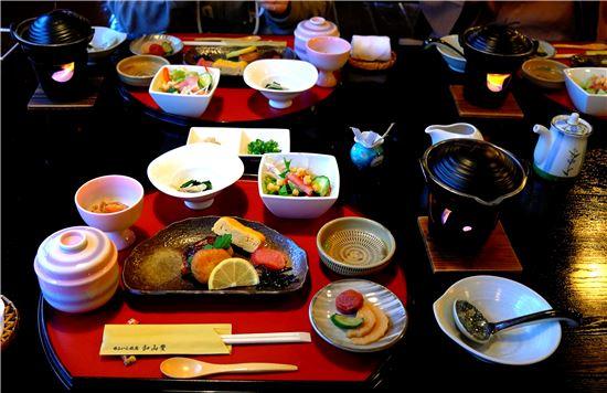 료칸여행의 백미인 가이세키 요리. 계절식을 기본으로 같은 재료, 같은 요리법, 같은 맛이 중복되지 않도록 차려 낸다. 보는것만으로도 배가 부르다.