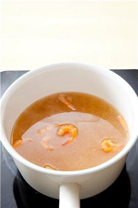 3. 냄비에 물 4컵을 넣고 된장을 잘 풀어 준후 새우를 넣어 끓인다.