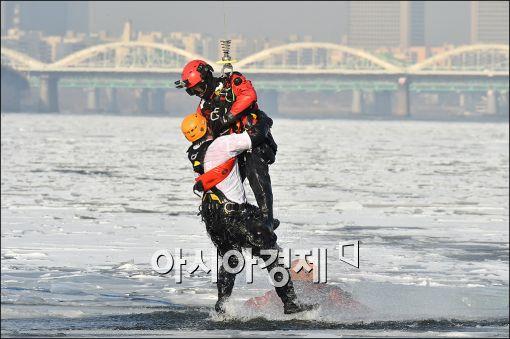 [포토]혹한기 내수면 수난사고 대비 훈련