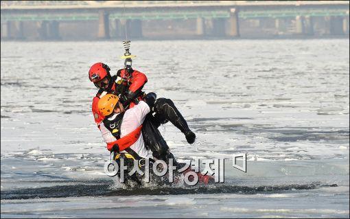 [포토]한강 얼음사고 대비 수난구조훈련