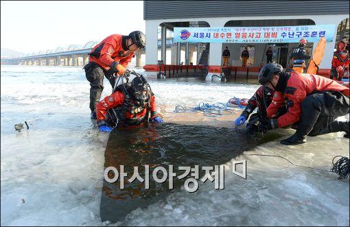 [포토]서울시 소방재난본부, 얼음사고 대비 구조훈련