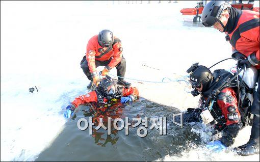 [포토]아이스다이빙 구조 훈련