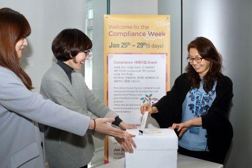 삼성물산 직원들이 26일 본사 1층 로비에서 컴플라이언스 관련 새해 다짐엽서를 적는 이벤트에 참여하고 있다.