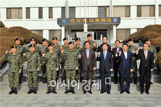 노병용 롯데물산 대표이사(앞줄 왼쪽에서 다섯번째)가 27일 특전사를 방문해 특전사 관계자들과 기념사진을 찍고 있다.