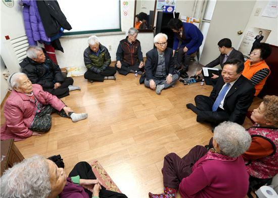 차성수 금천구청장이 복지시설을 방문, 어르신들 애로 사항을 듣고 있다.