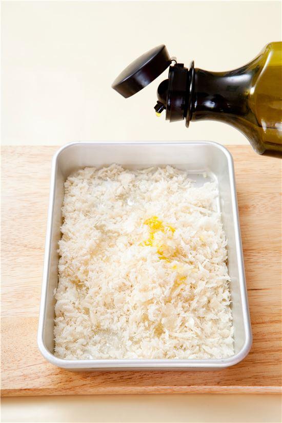 3. 빵가루에 식용유를 섞어 촉촉하게 한다.
