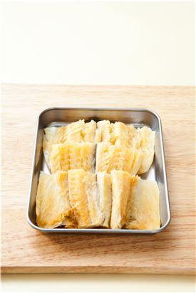 1. 북어는 뼈와 가시를 발라내고 껍질에 칼집을 넣은 다음 4㎝ 길이로 잘라 맛술, 후춧가루로 밑간하여 5분 정도 재운다.