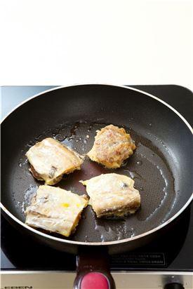 4. 고기를 붙인 면에 밀가루와 달걀물을 입혀 기름을 넉넉히 두른 팬에서 약한 불로 껍질 쪽을 살짝 익힌 후 뒤집어 고기쪽은 서서히 익힌다.  (Tip 은근한 불에서 익혀야 고기가 잘 익는다.)