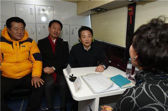 남경필 경기지사가 27일 구리역광장에서 열린 '찾아가는 일자리버스 체험행사'에 참석해 구직자와 면담을 하고 있다.