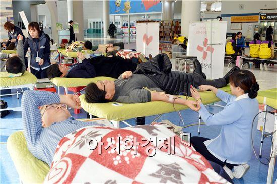 광주광역시가 겨울철 부족한 헌혈 수급을 위해 27일 오전부터 시청 1층 시민숲에서 개최한 동절기 사랑의 헌혈 및 장기기증 등 나눔행사에 시민과 공직자들의 참여가 이어지고 있다.