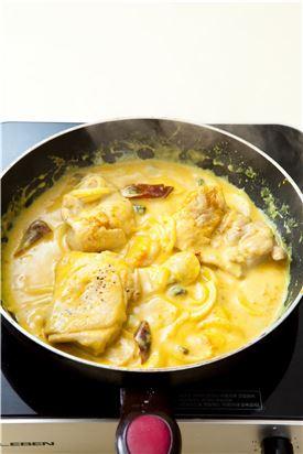 5. 4에 닭 다리를 넣어 끓이거나 오븐 용기에 담아 200℃로 예열한 오븐에서 20분 정도 굽는다.