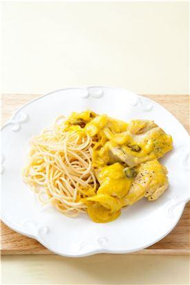 6. 스파게티를 삶아 접시에 담고 닭 다리 카레찜을 담는다.   (Tip 스파게티 대신 밥을 곁들여도 좋다.)