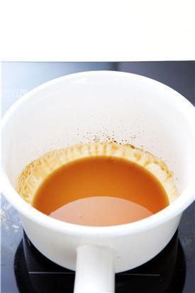 4. 간장, 설탕, 물엿, 참기름을 섞어 양념장을 만든 다음 프라이팬에 살짝 끓인다.