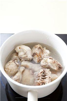 1. 닭은 깨끗하게 손질해 끓는 물에 20분 정도 삶는다.