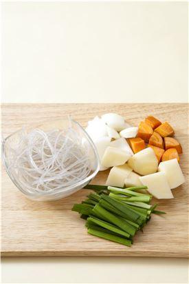 2. 당면은 찬물에 불리고 당근, 양파, 감자는 큼직하게 자르고 대파는 어슷하게 썰고 부추는 먹기 좋게 썬다.