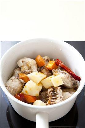 4. 팬에 식용유를 두르고 마른 고추를 넣어 향을 낸 뒤 닭고기, 감자, 당근을 넣고 양념장 1/2과 물을 자박하게 부어 끓인다.