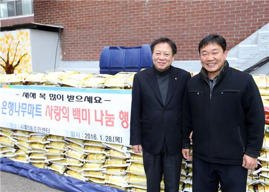 차성수 금천구청장(왼쪽)과 노수봉 은행나무마트 대표