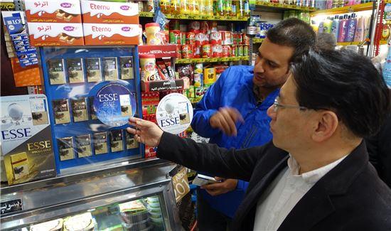 이란 현지 담배판매점에서 KT&G ESSE 제품이 진열된 모습.