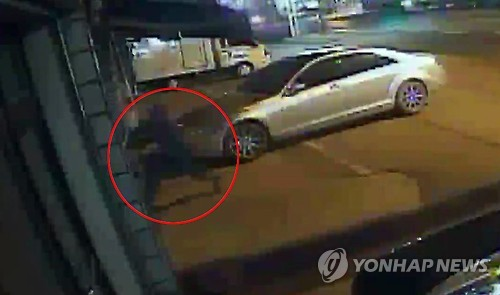가출 전인 8일 박씨가 이천의 한 상가에 침입하는 모습. 사진=연합뉴스