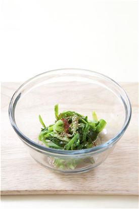 3. 볼에 원추리나물, 소금, 참기름, 깨소금을 넣어 버무린 후 실고추를 넣는다.