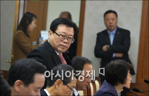 [포토]회의 참석하는 이동필 장관
