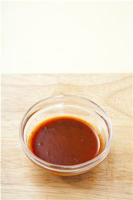 4. 그릇에 밥을 담고 해초류, 오징어, 무순을 올린 후 초고추장 양념장을 곁들인다.