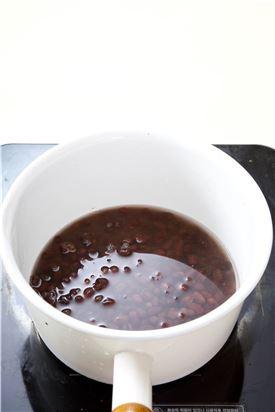 1. 팥은 깨끗이 씻어 냄비에 물을 넣어 끓인 후 첫 물을 따라 버린다.