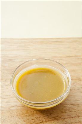 3. 분량의 냉채 소스 재료를 섞는다.
