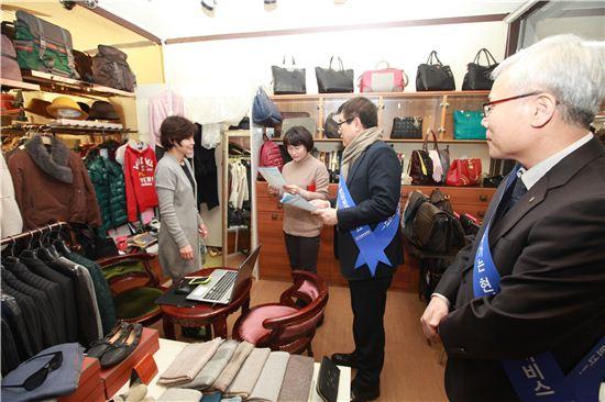 김병기 경기신보 이사장이 전통시장을 찾아 금융지원을 설명하고 있다.