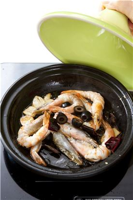 4. 매운 향이 올라오면 손질한 새우와 블랙 올리브를 넣고 뚜껑을 덮어 익혀 그릇에 담고 다진 파슬리를 뿌린 후 바게트를 곁들인다.