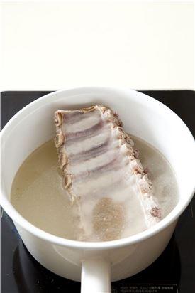 2. 끓는 물에 베이비립을 넣고 월계수 잎과 마늘을 넣고 한소끔 끓으면 은근한 불에서 30분 더 끓여 부드럽게 익혀 물기를 뺀다.