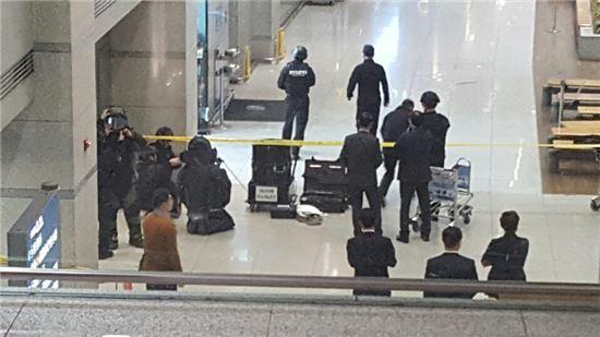 29일 오후 4시10분께 인천공항으로 폭발물로 의심되는 상자가 있다는 신고가 접수됐다. 신고를 받고 출동한 인천공항공사 폭발물처리반(EOD)과 경찰특공대가 폭발물 의심물체를 해체한 뒤 수거해 조사중이다.