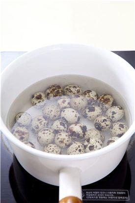 1. 메추리알은 끓는 물에 소금을 넣고 삶아서 껍질을 벗긴다.