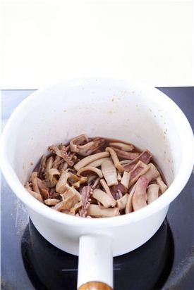 3. 분량의 조림장을 모두 넣고 끓여 끓어 오르면 마른 오징어를 넣어 조린다.