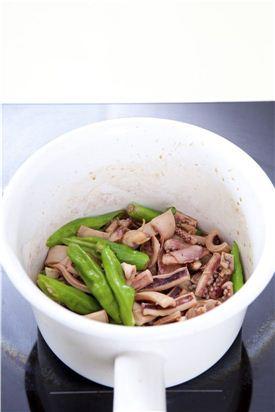 4. 국물이 자작해지면 꽈리고추와 다진 파, 다진 마늘을 넣고 살짝 조린 후 참기름을 뿌린다.