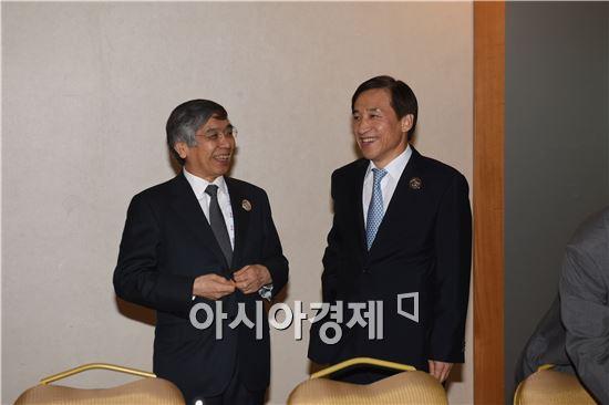 구로다 일본은행 총재와 이주열 한국은행 총재