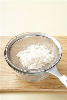 1. 쌀은 깨끗이 씻어 20분 정도 물에 불렸다가 체에 밭쳐 물기를 뺀다. (Tip 쌀 대신 찹쌀을 이용하면 찰지고 부드러운 맛이 난다.)