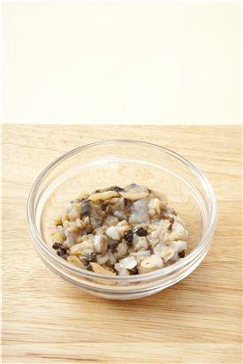 2. 바지락 살은 엷은 소금물에 흔들어 씻어 물기를 빼서 굵게 다진다.