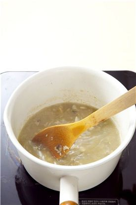 5. 물 3~4컵을 부어 중간 중간 주걱으로 저어가며 끓인다.